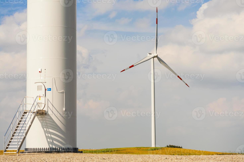 base da turbina eólica, outra no fundo. foto