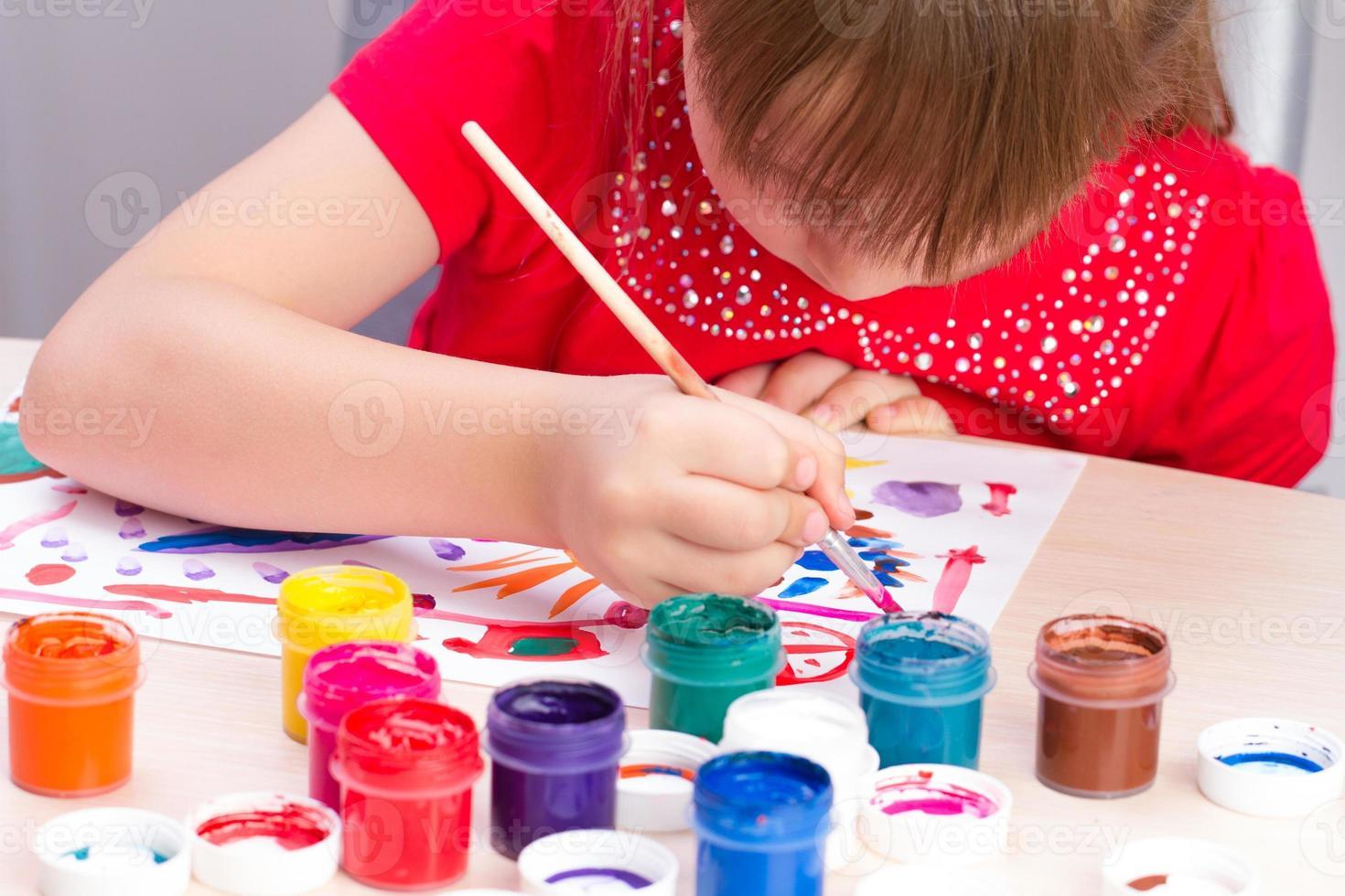 a menina desenha um quadro pinta foto