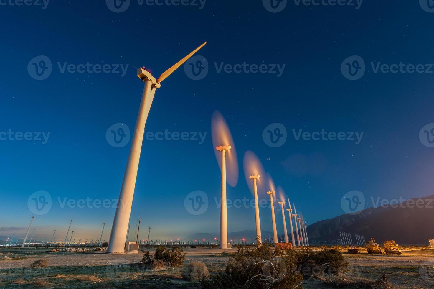 turbinas eólicas no deserto durante o nascer do sol foto