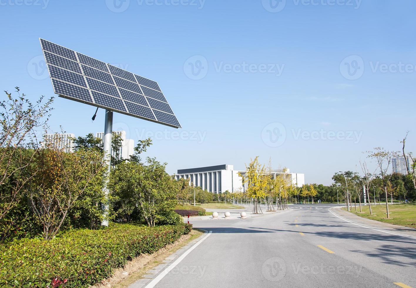 o painel solar produz energia solar verde e ecologicamente correta. foto