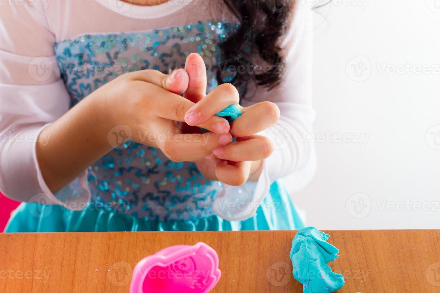 menina joga massa colorida foto
