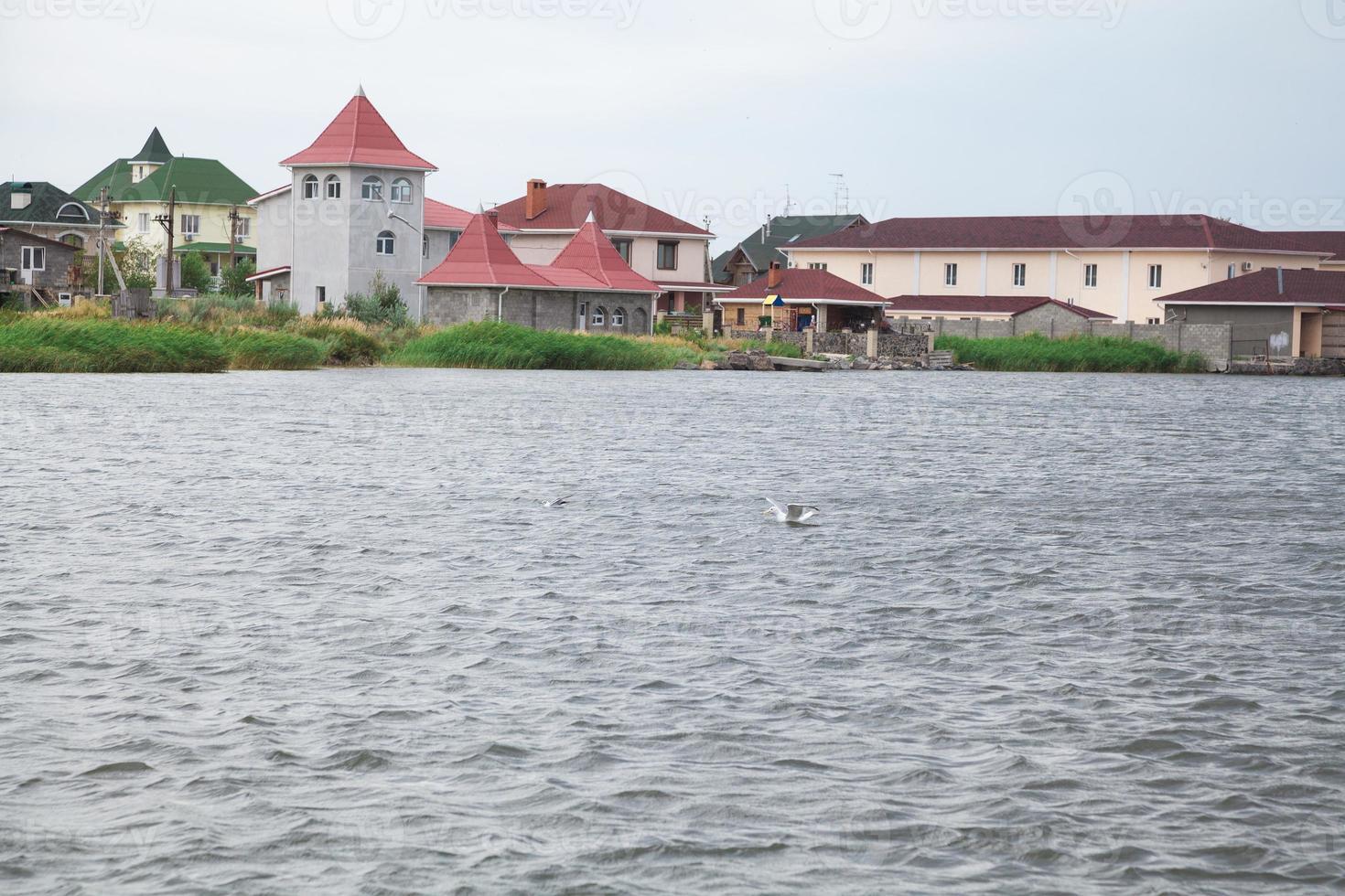 povoado pitoresco na baía foto