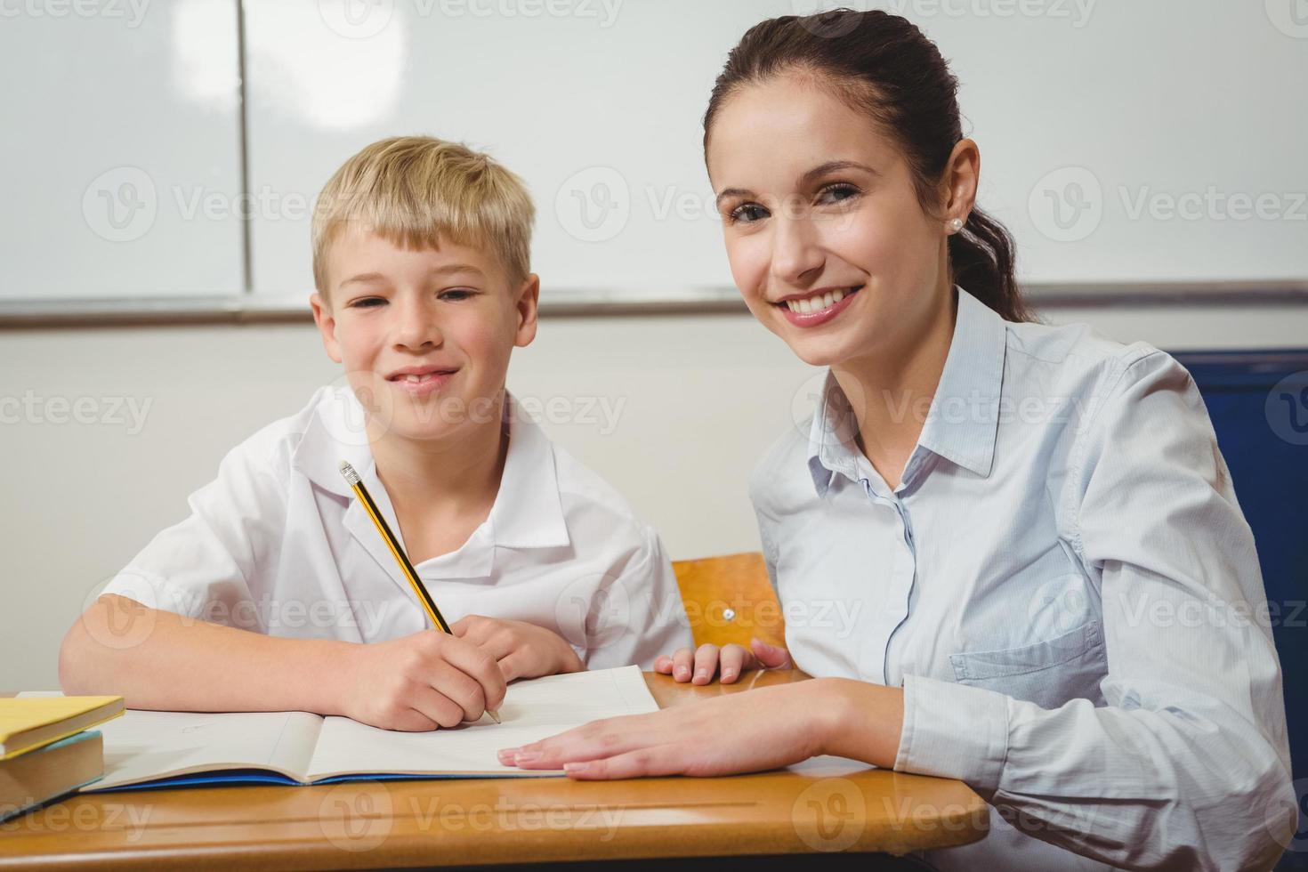 professor ajudando um aluno na aula foto