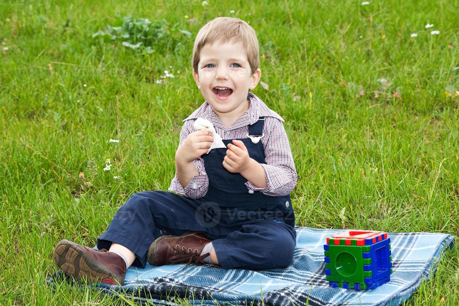 menino brincando no gramado foto