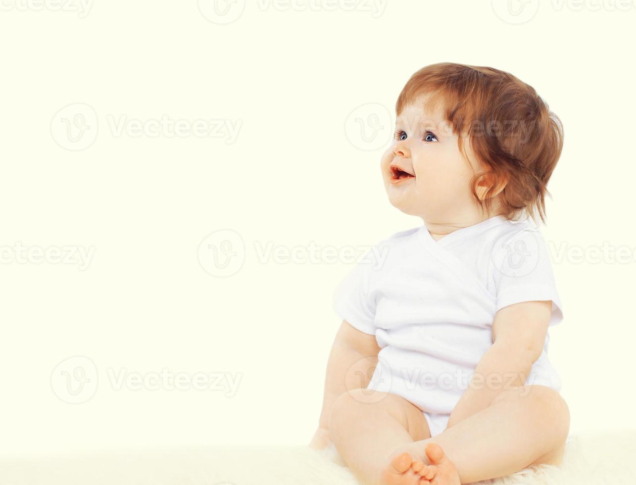 doce bebê sentado e olhando para longe, copie o espaço foto