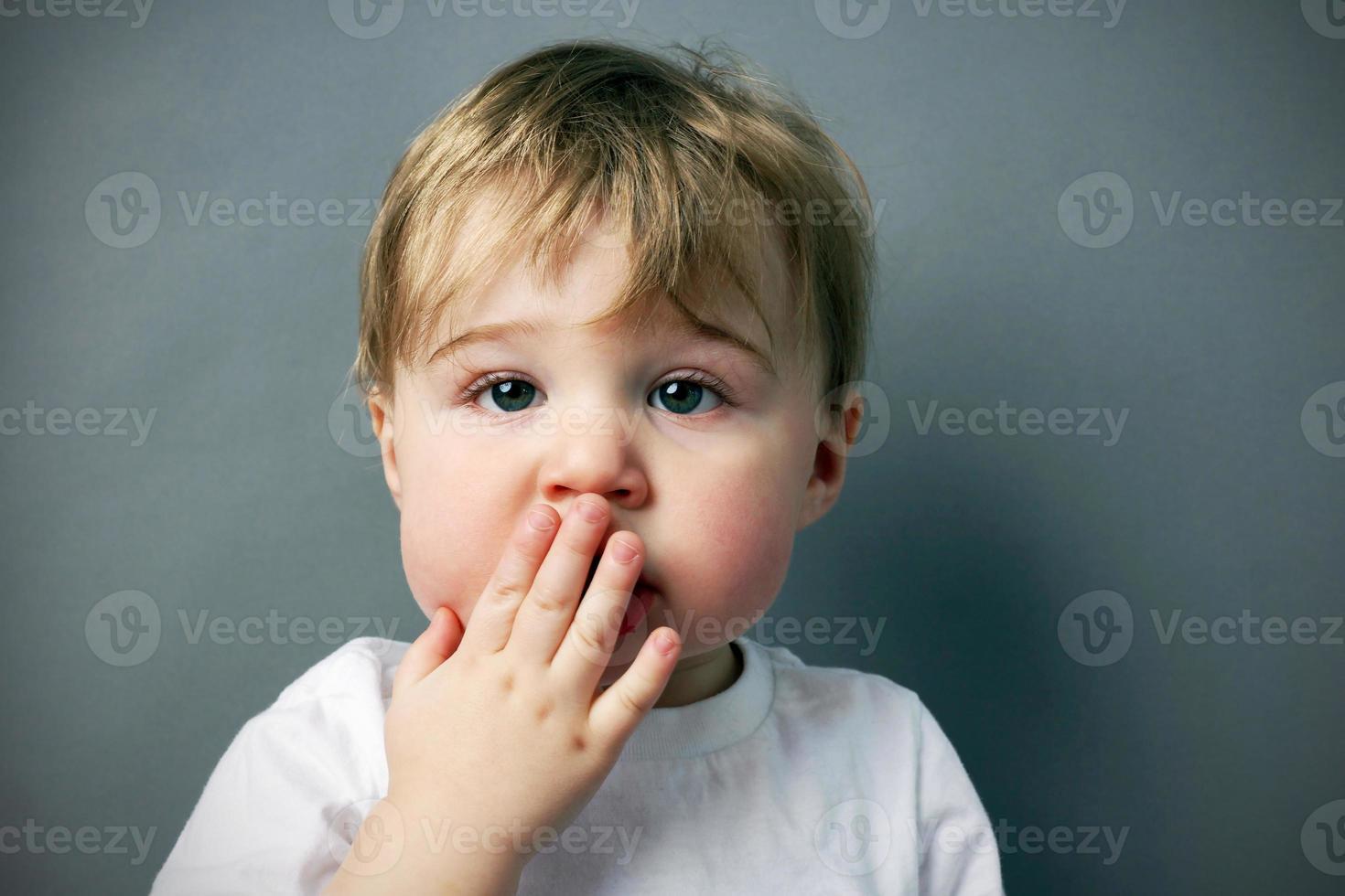 menino loiro com cara de perdão foto