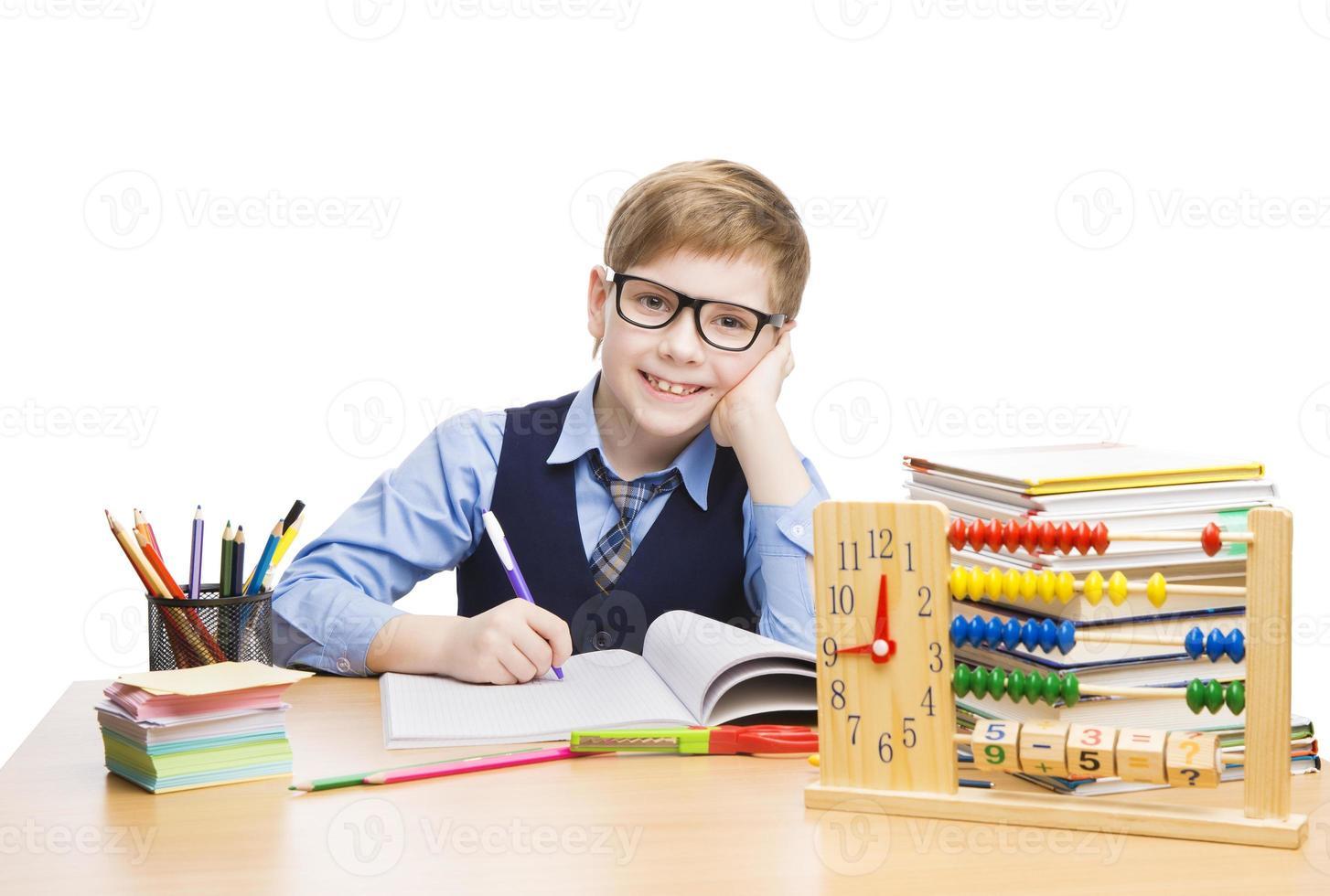educação de alunos de crianças em idade escolar, aluno de óculos aprender a lição foto