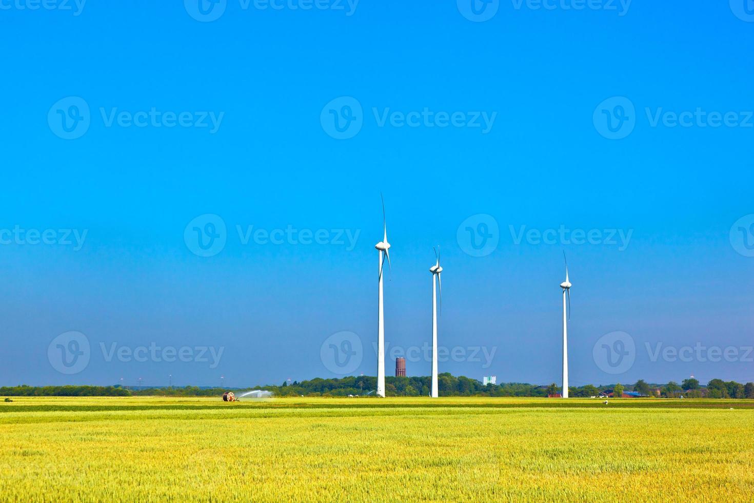 geradores de energia eólica em pé no campo foto