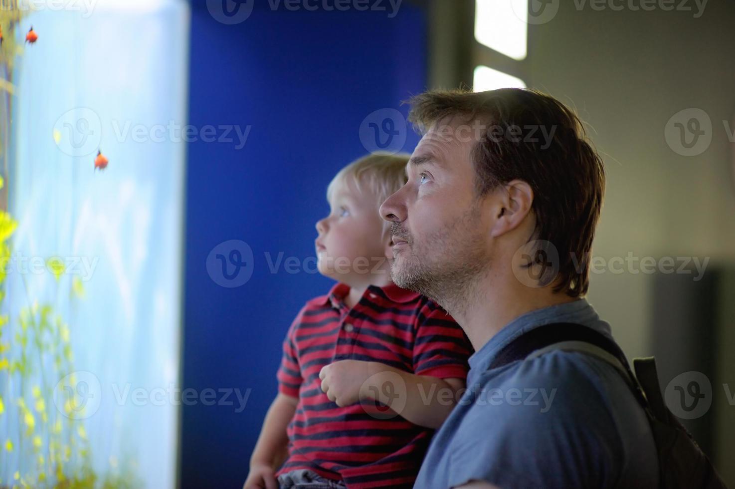 pai e filho desfrutando de vistas da vida subaquática foto