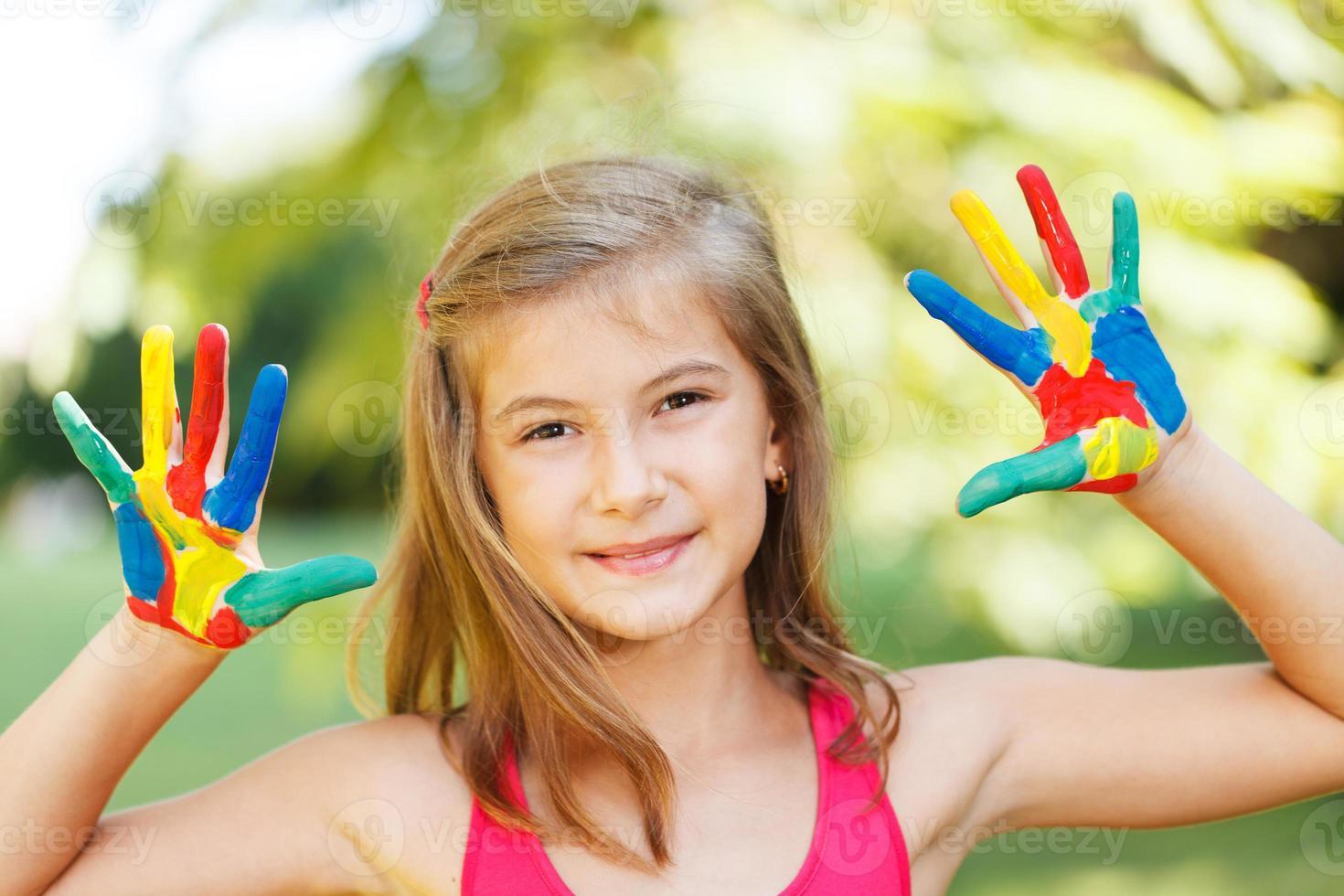 garota feliz com as mãos pintadas foto