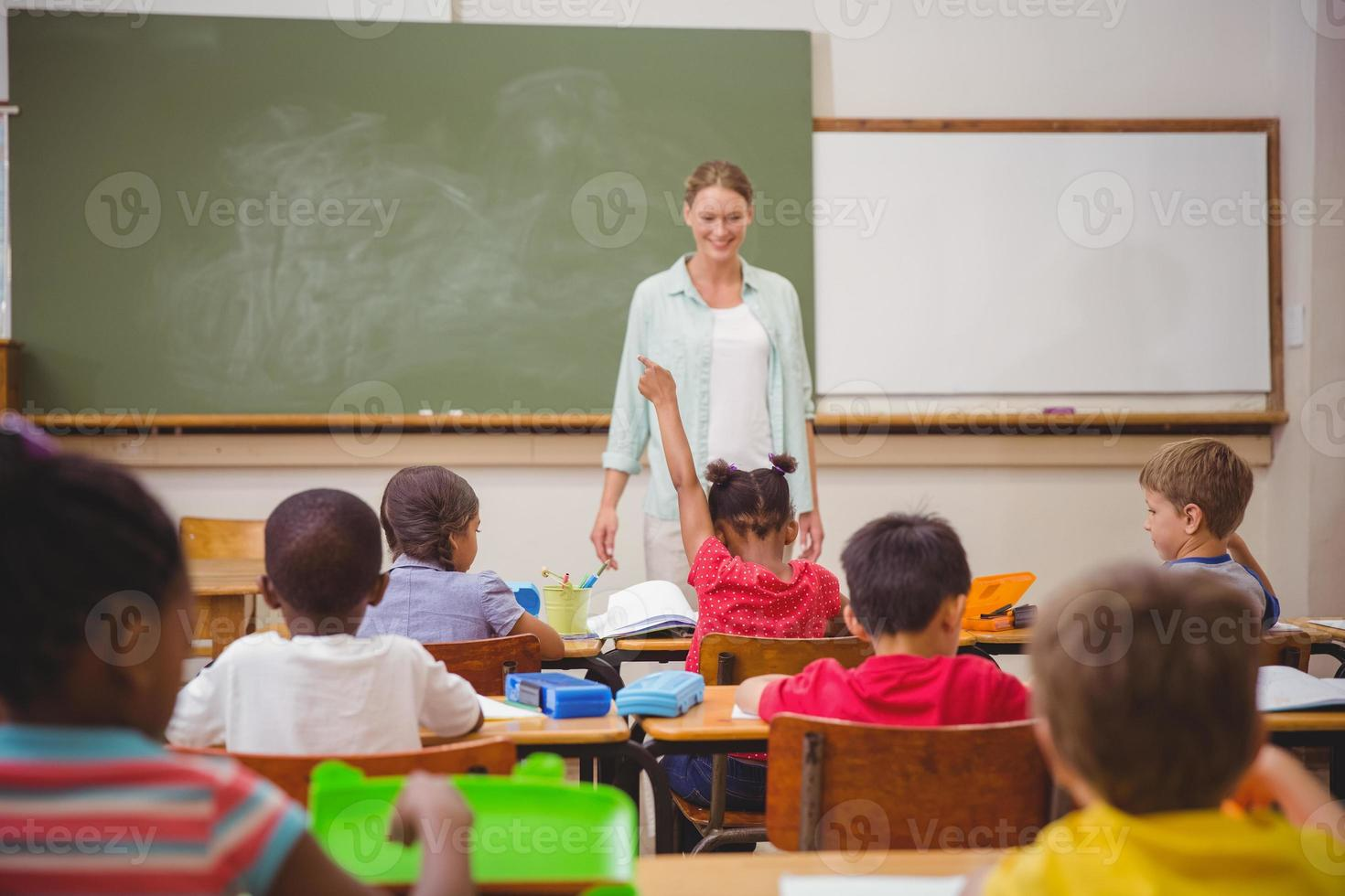 aluno levantando as mãos durante a aula foto