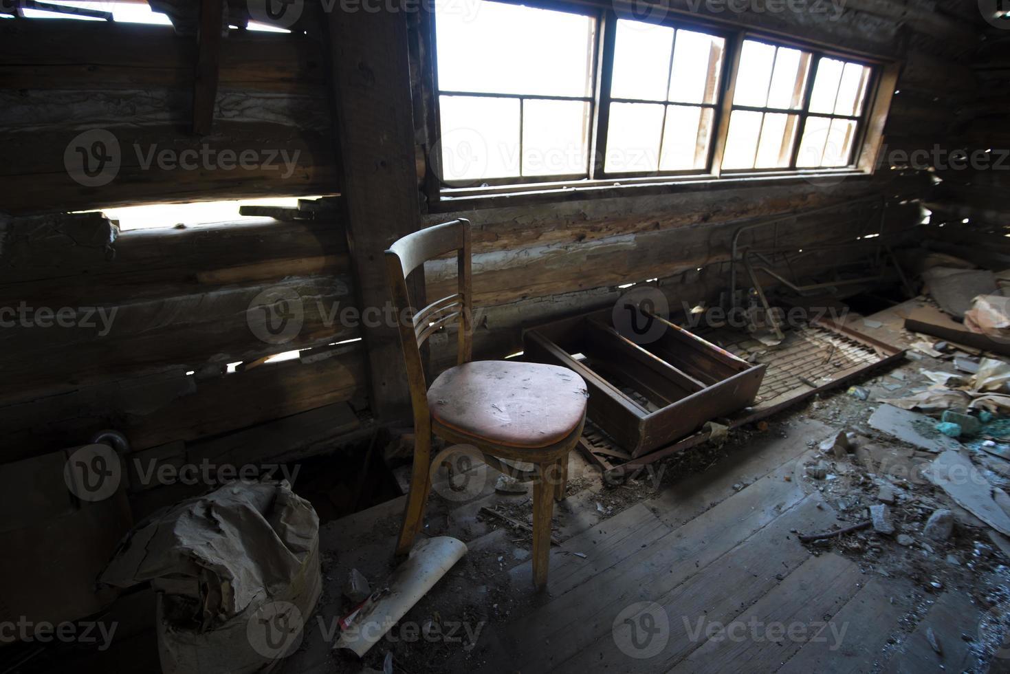 interior em ruínas de uma velha casa abandonada foto