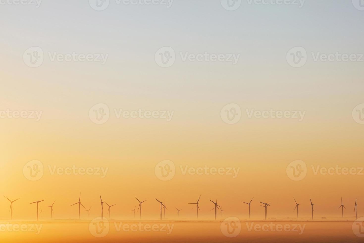 moinhos de vento ao nascer do sol na Holanda foto