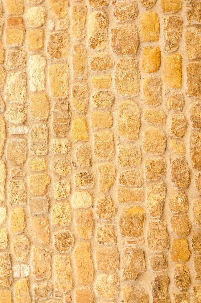 a antiga parede de tijolos de uma velha igreja em pienza foto