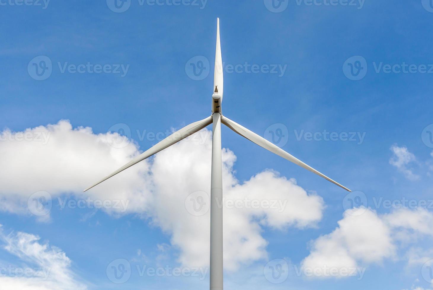 por trás da vista da turbina eólica no lindo céu azul. foto