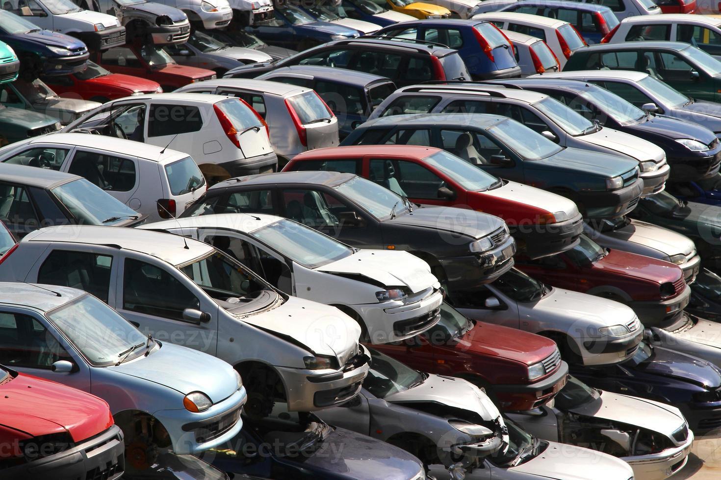 carros destruídos na oficina de demolição de carros foto