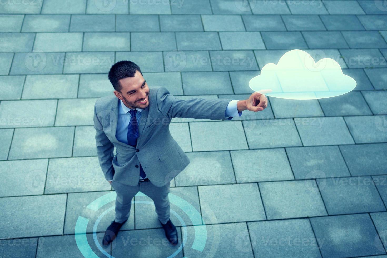empresário sorridente com projeção de nuvem ao ar livre foto