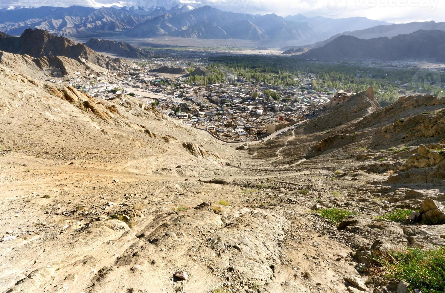 vista ampla do palácio leh, colina tsemo foto