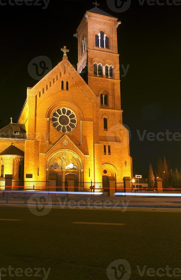igreja pseudogótica à noite foto