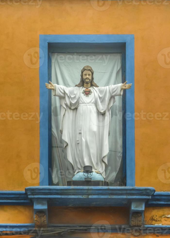 escultura de cristo na fachada da casa foto