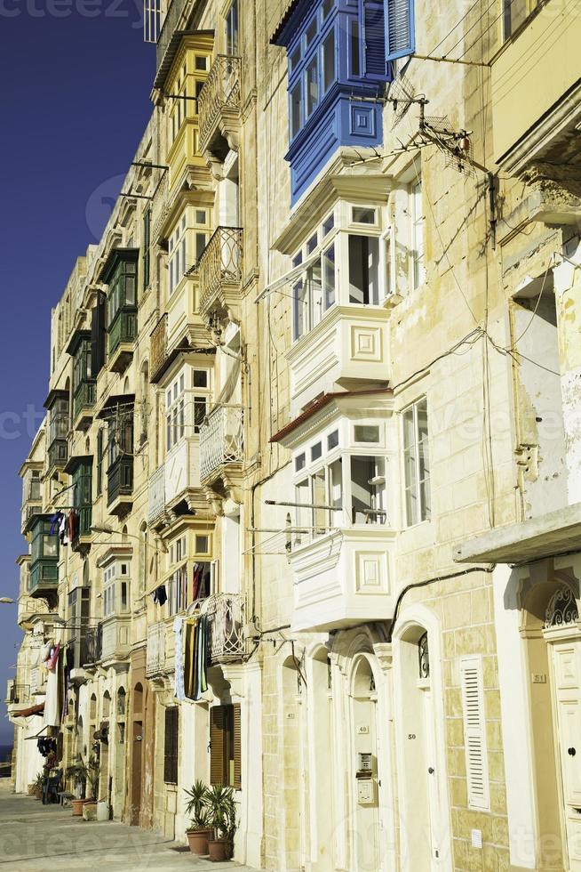 janelas típicas em valletta-malta foto