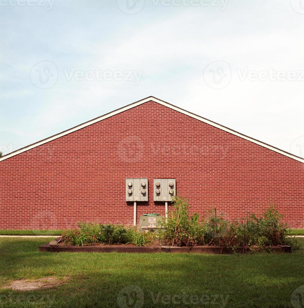 horta comunitária em frente à parede de tijolos foto