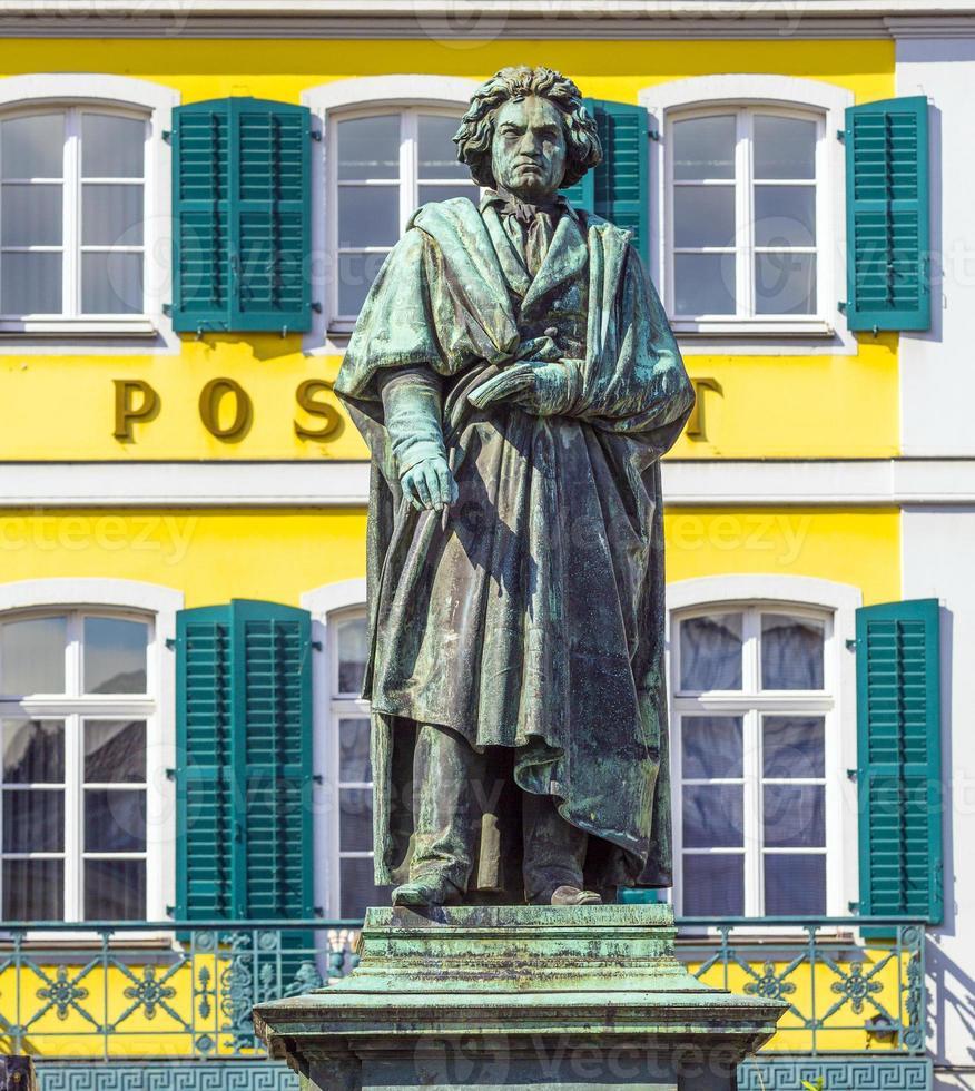 monumento de beethoven na munsterplatz em bonn foto