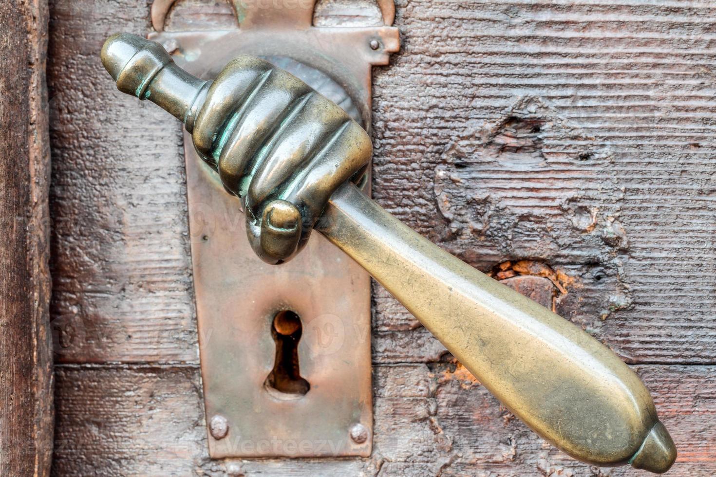 maçaneta em forma de mão vintage na porta antiga, plano de fundo foto
