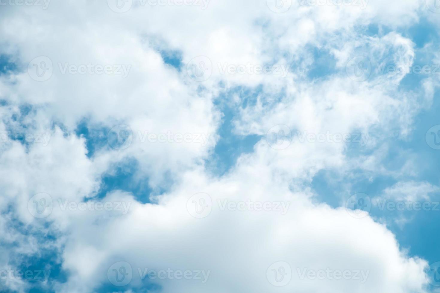 céu azul e nuvem foto