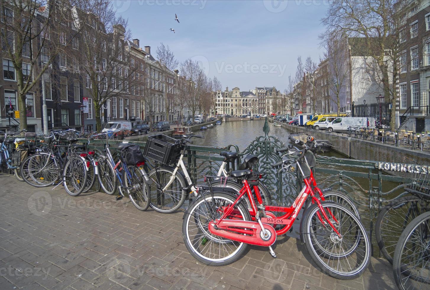 estacionamento de bicicletas no canal, amsterdã. foto