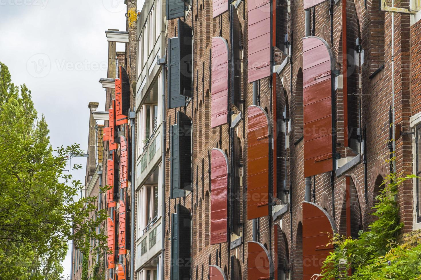 persianas de madeira em casas típicas de amsterdam foto