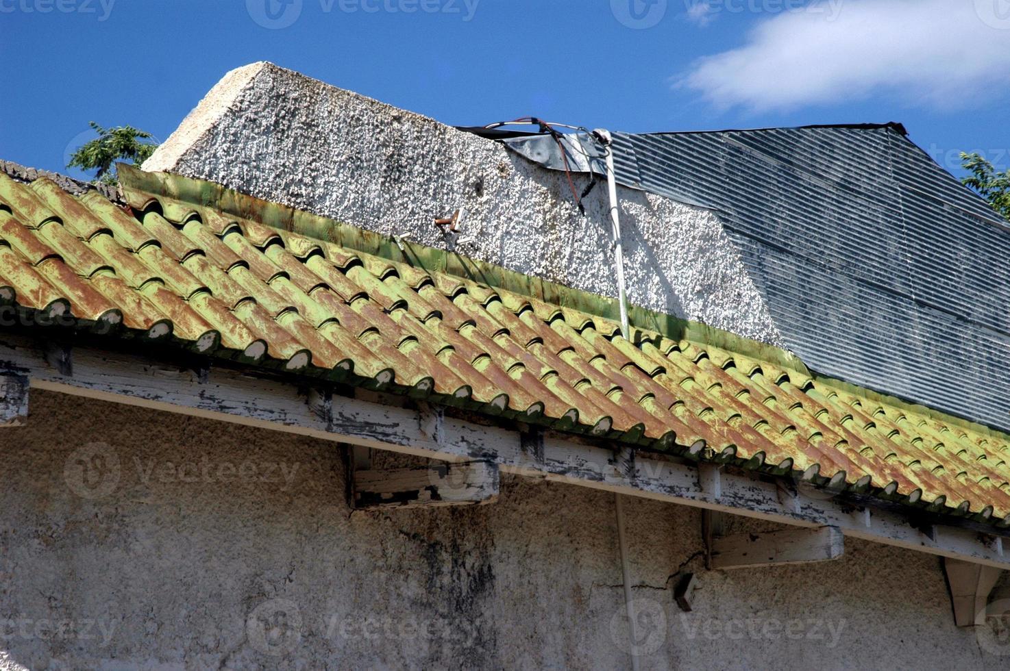 telhado de telha de metal velho foto