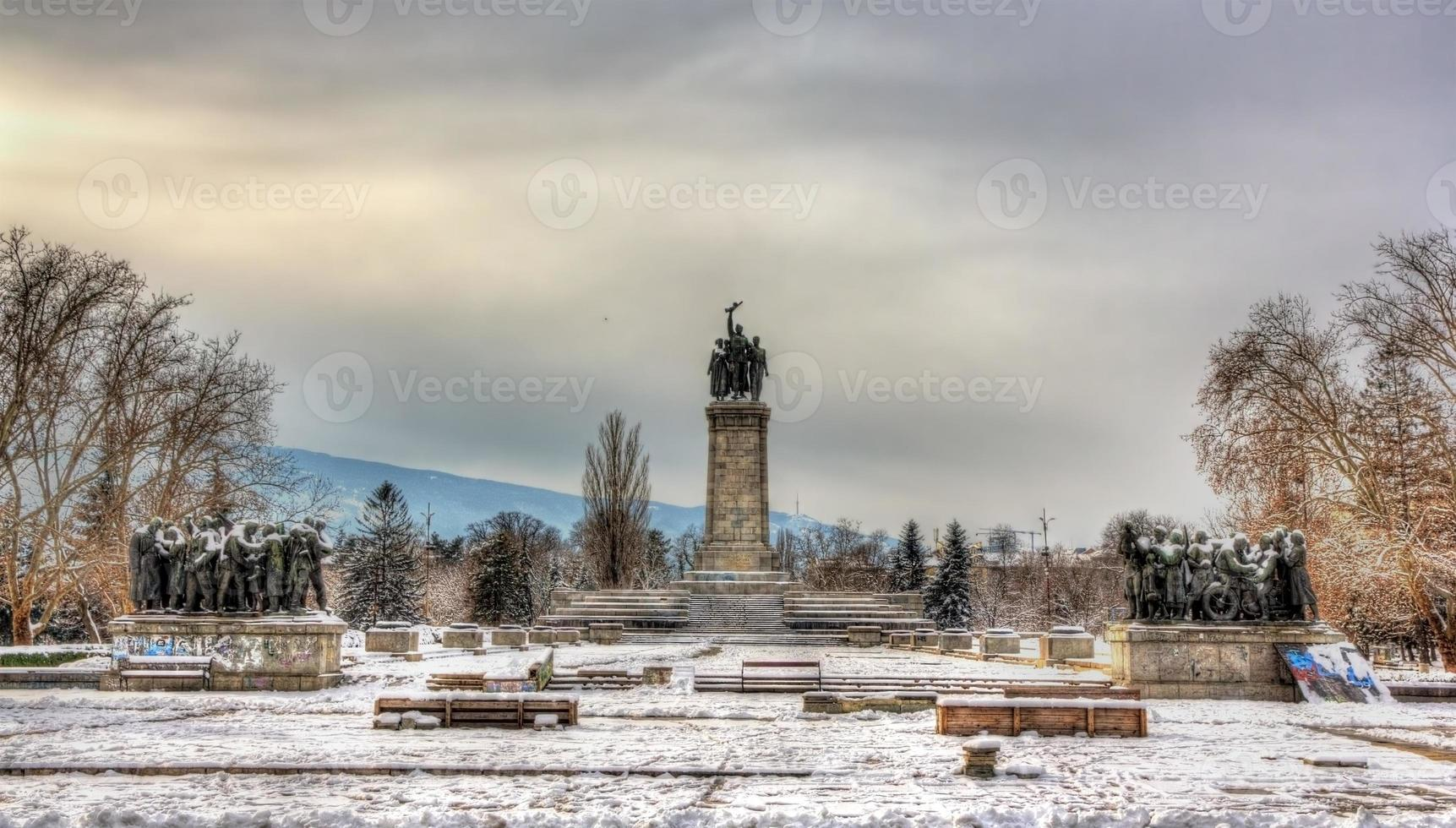 monumento ao exército soviético em knyazheska gradina em sofia foto
