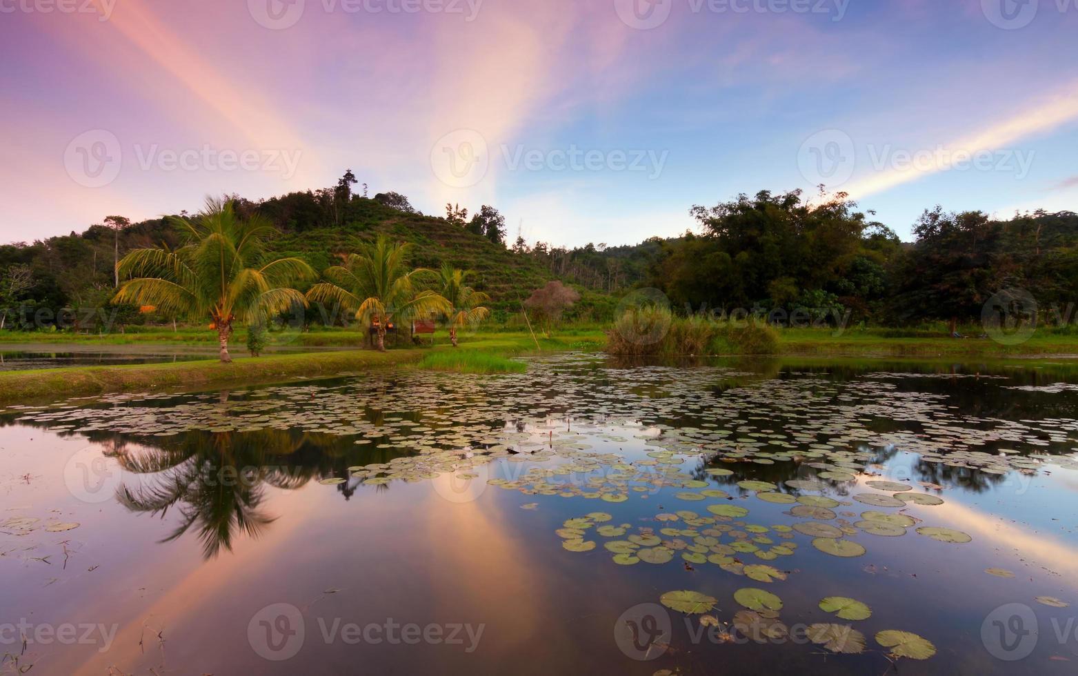 reflexo de colinas e pôr do sol colorido em Sabah, Bornéu, Malásia foto