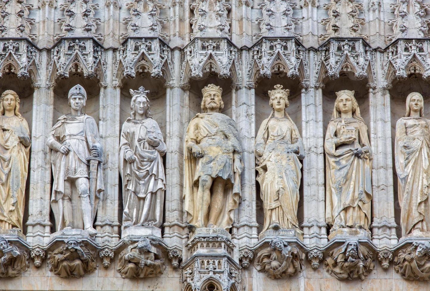 bruxelas - holys na fachada gótica da prefeitura. foto