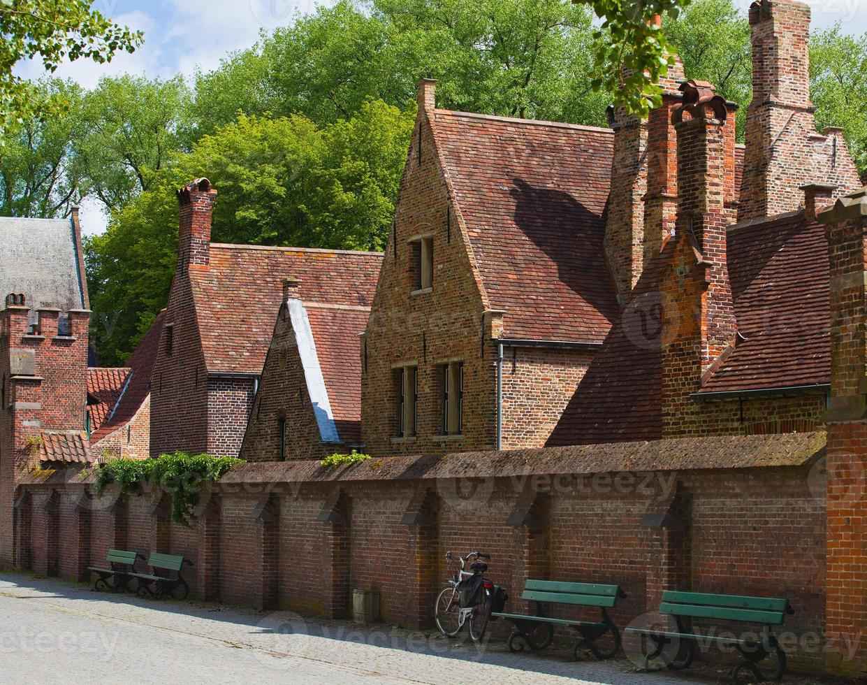 pequena rua com velhas casas de tijolos em um dia ensolarado foto