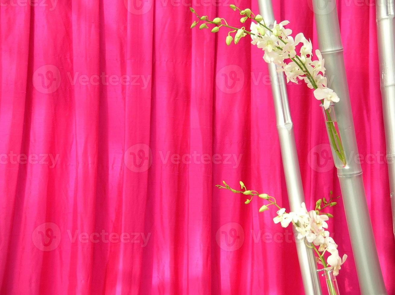 orquídeas na frente de seda rosa tailandesa foto