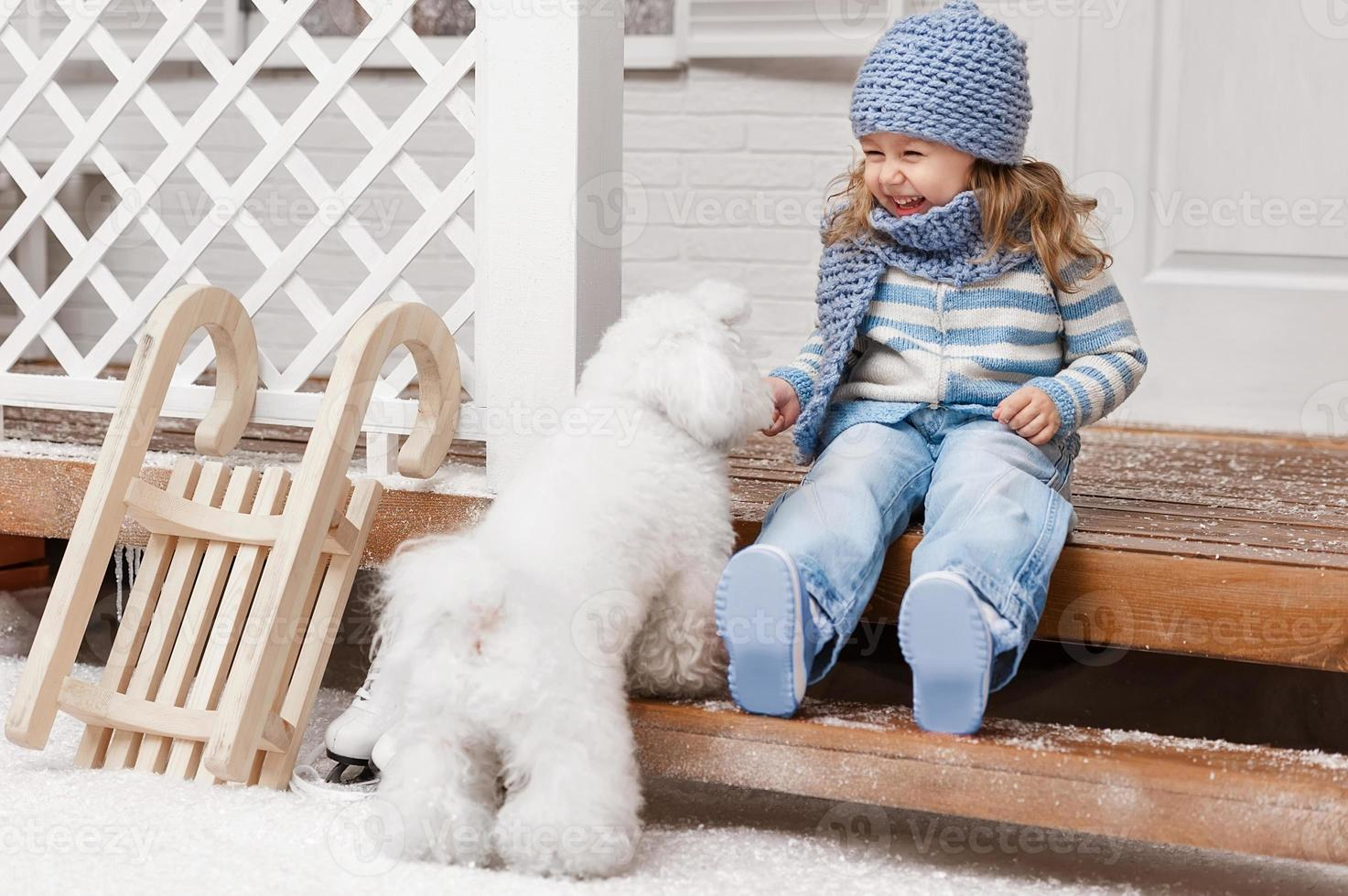 menina com um cachorro na varanda da frente foto