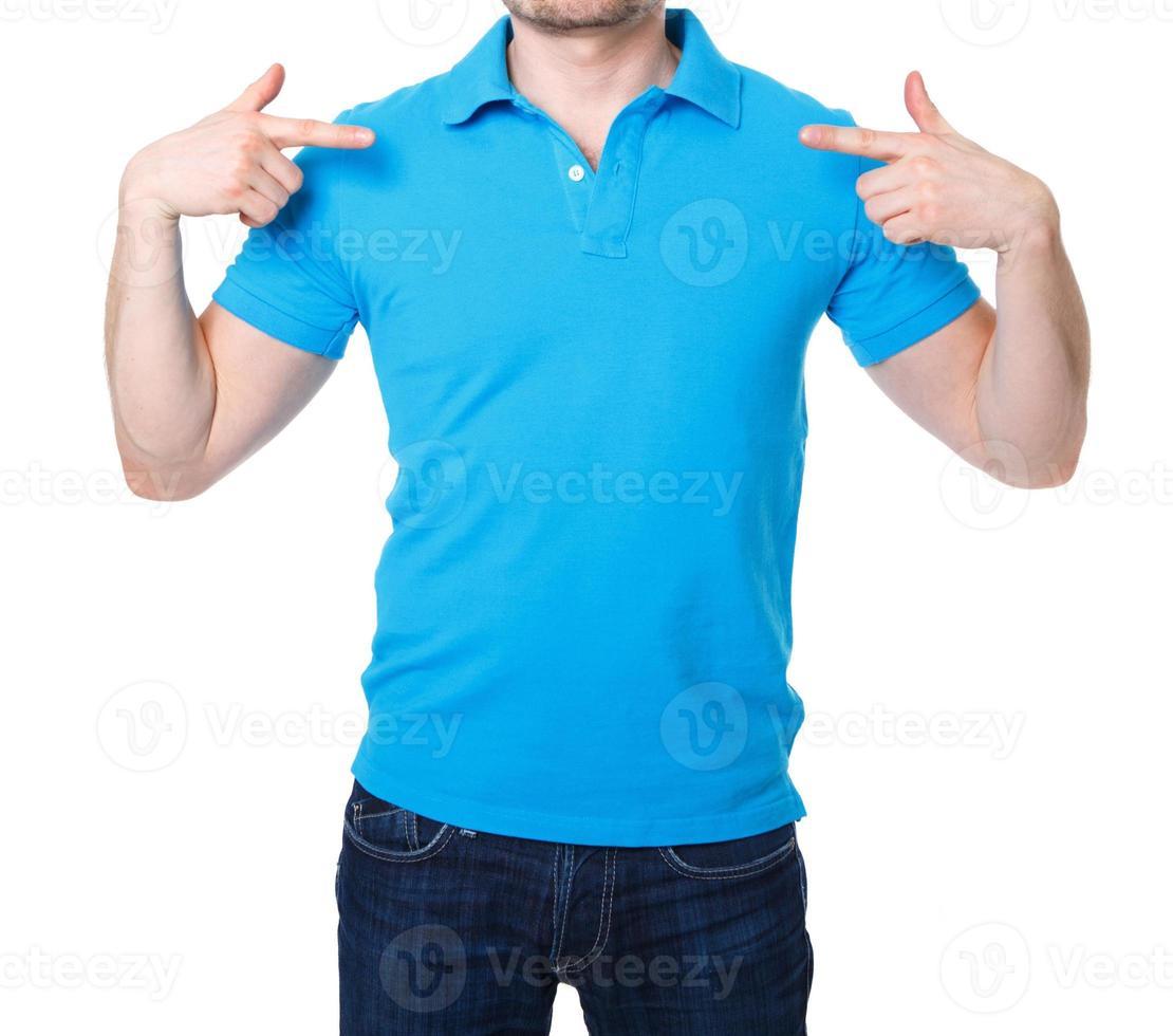 camisa polo azul em modelo jovem foto