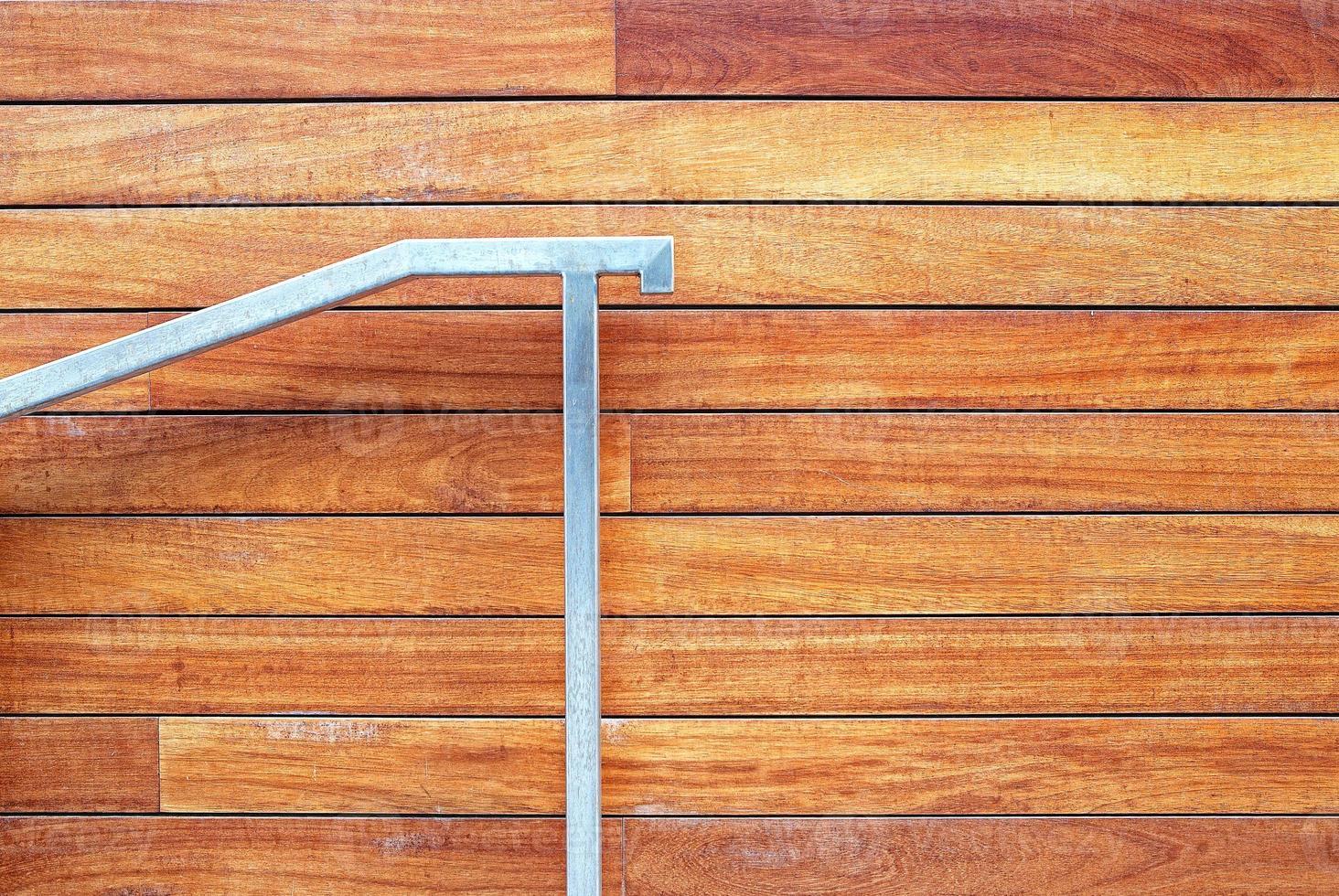 corrimão de metal em fachadas de fundo de madeira foto