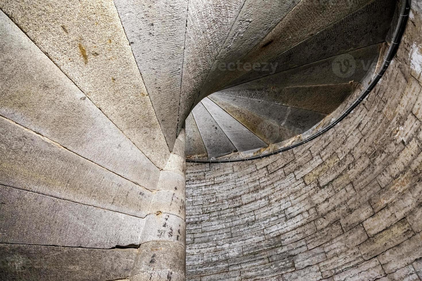detalhe de uma escada em espiral de pedra em um antigo castelo foto