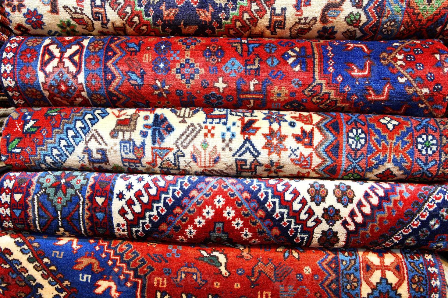 tapetes persas com várias cores foto