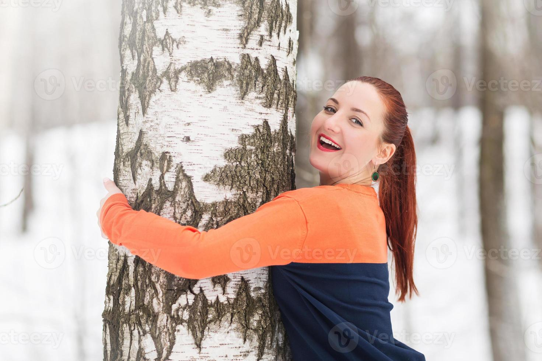 mulher de inverno se divertir ao ar livre foto