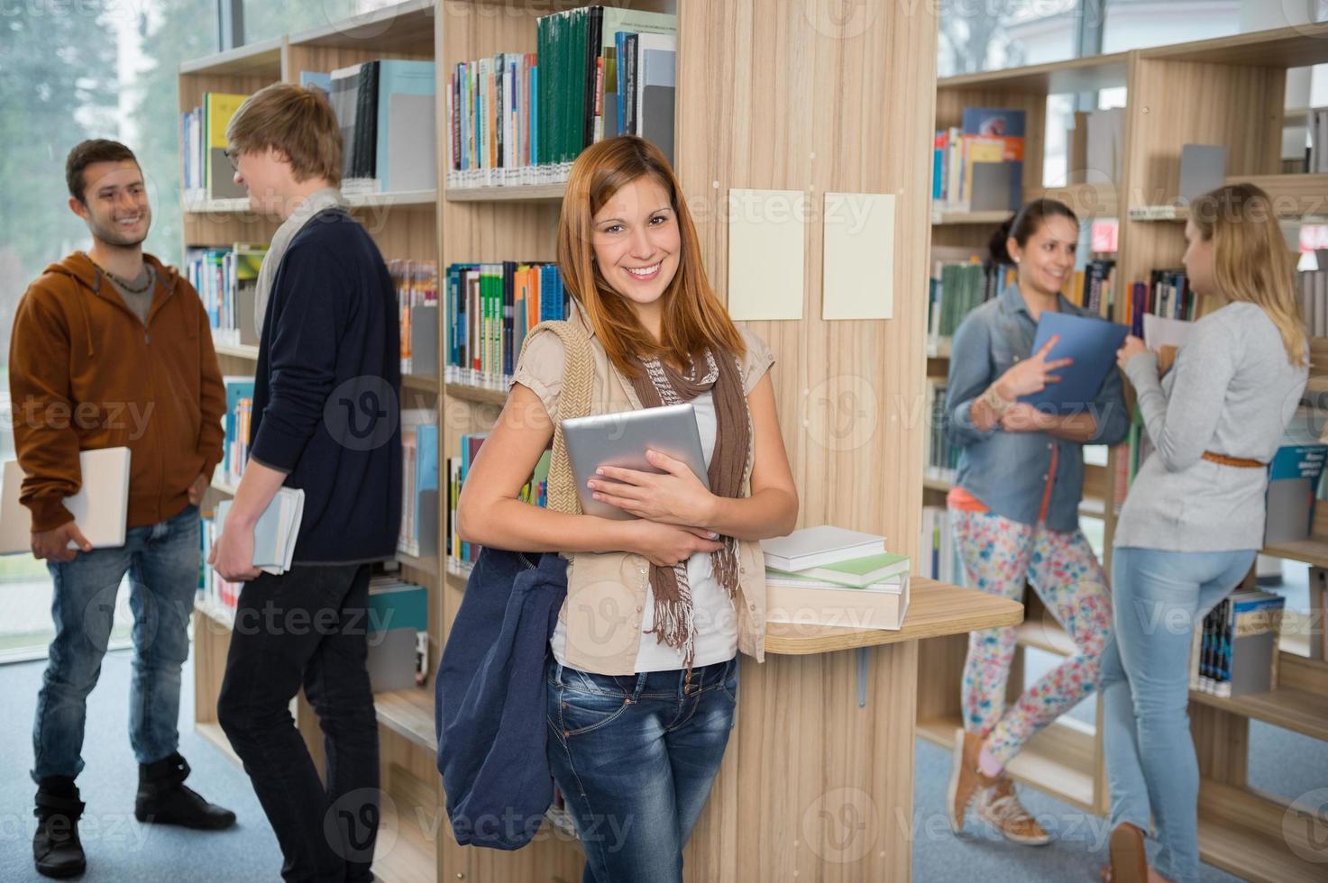 grupo de alunos na biblioteca da faculdade foto