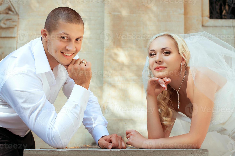 lindo casal de noivos foto