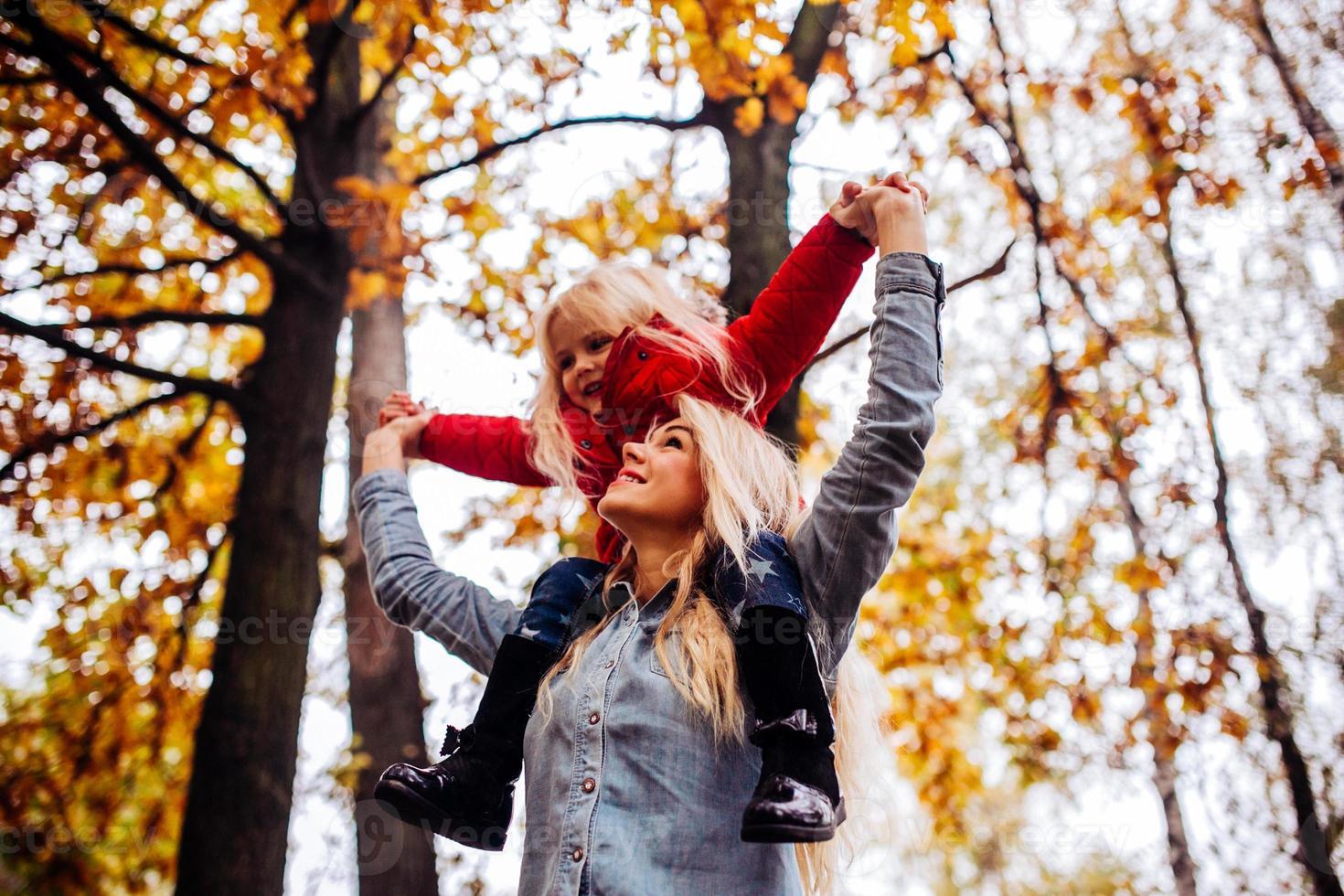 mãe com filha no parque outono foto