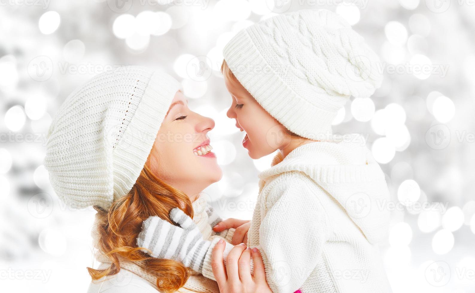 família feliz mãe e filha bebê em um inverno foto