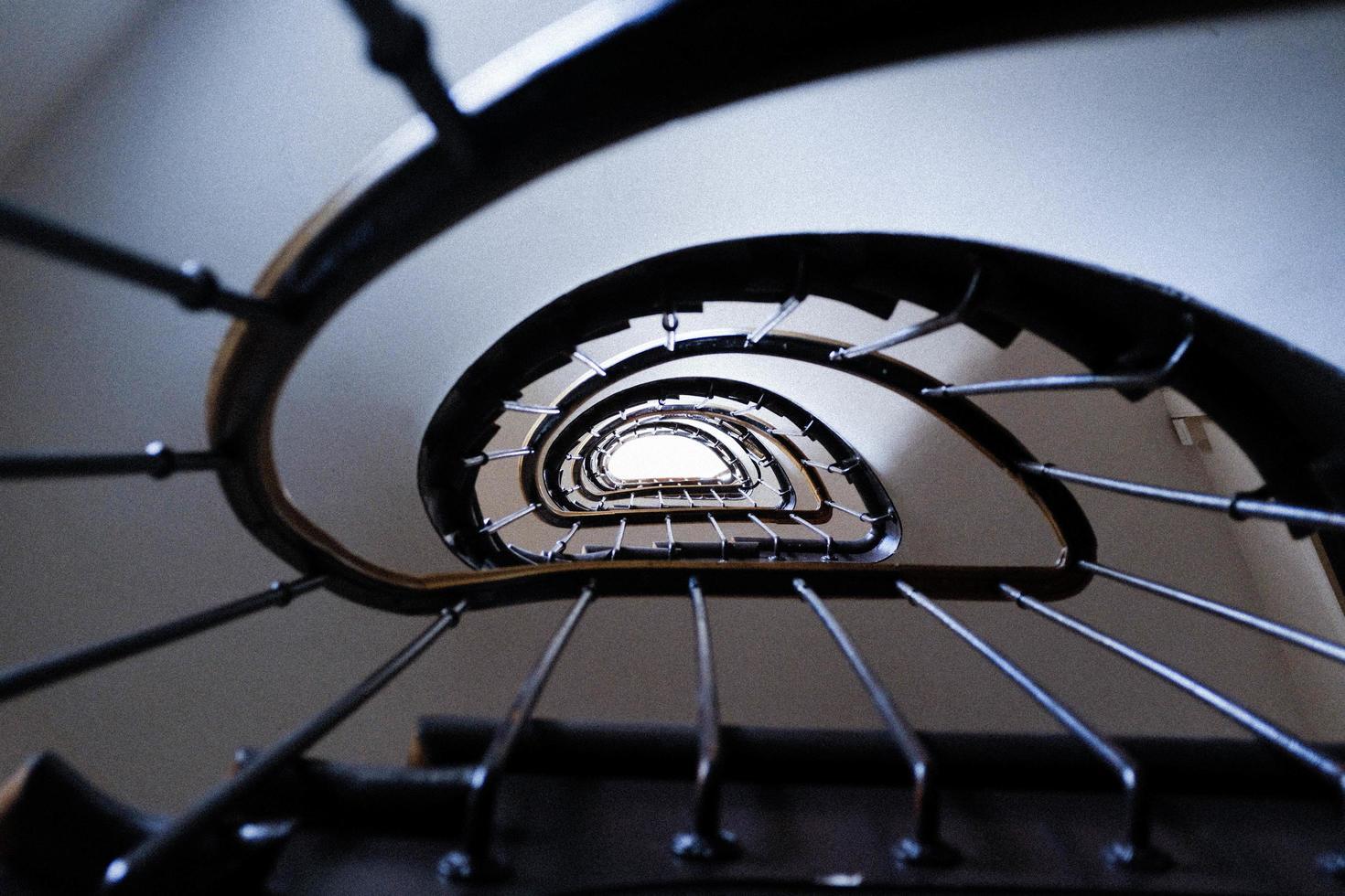escada espiral marrom foto