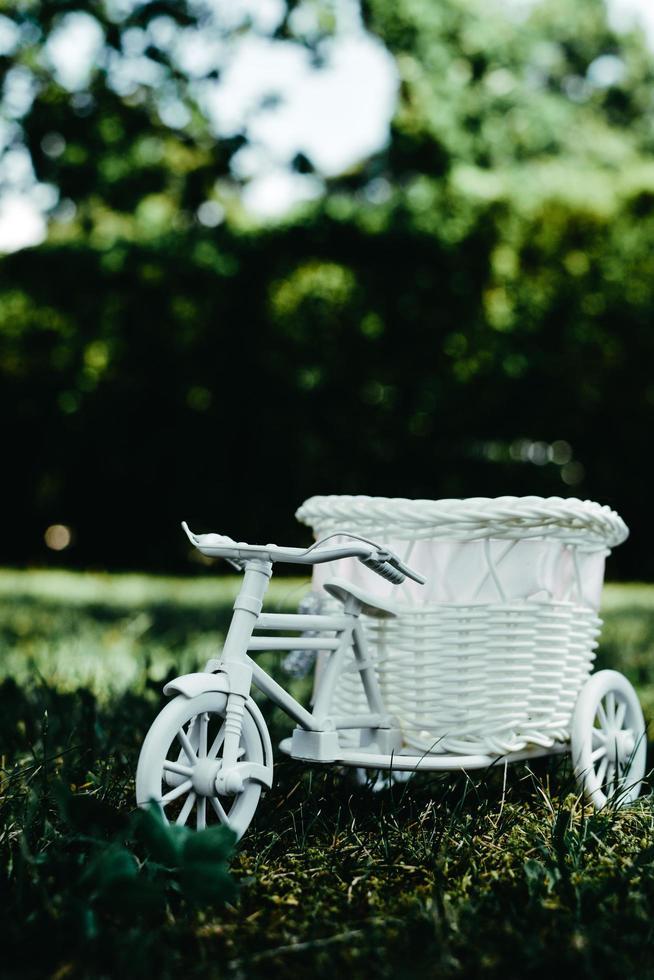 bicicleta de vime branca lá fora foto
