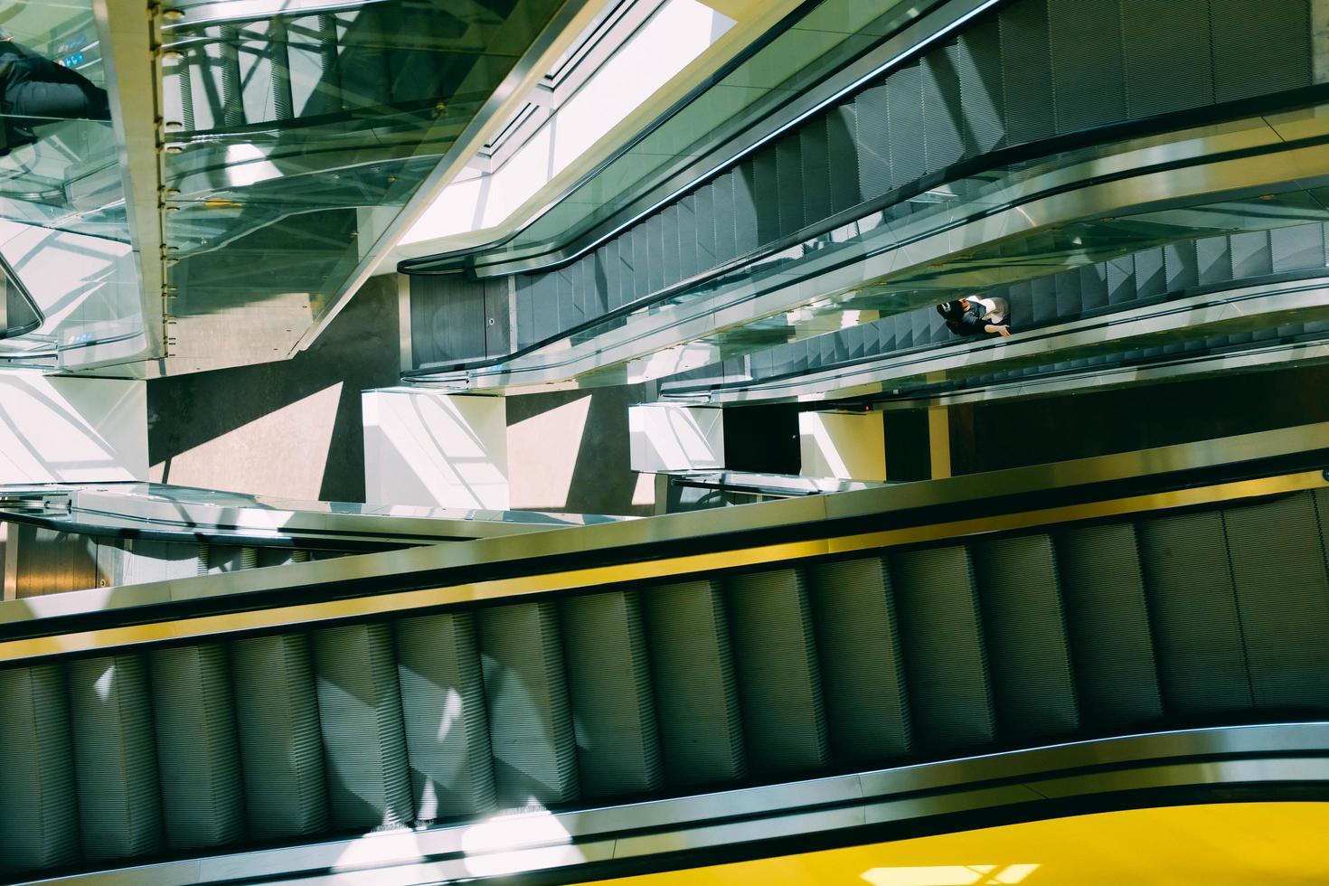 pessoa na escada rolante foto